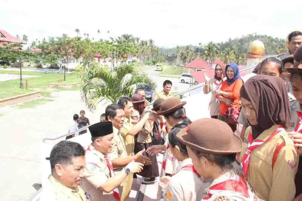 Bupati Bolmong Salihi Mokodongan saat melepas kontingen Pramuka Kwartir Cabang Bolmong menuju Perekemahan Jambore Tingkar Sulut Tahun 2015