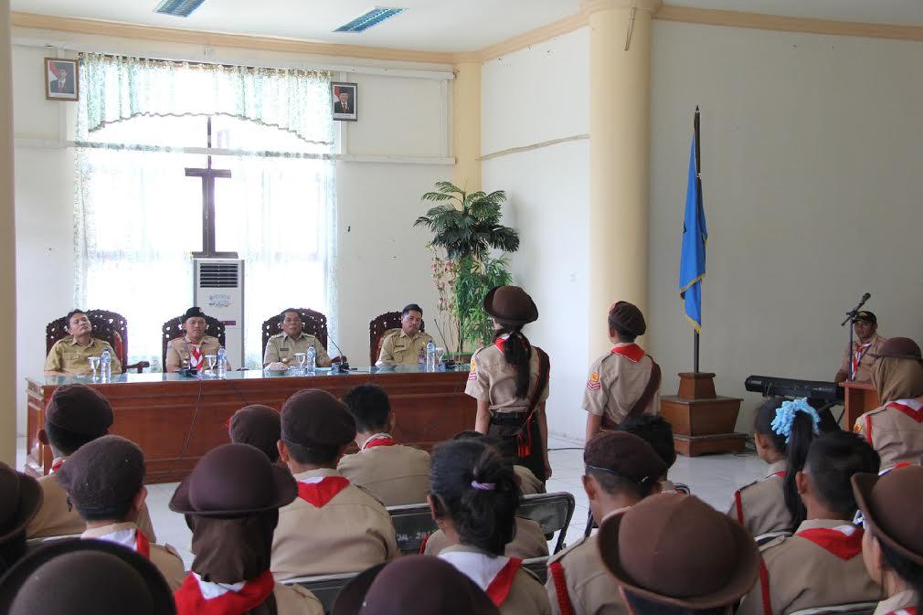 Dua Pramuka Gugus Depan Kwarcab Bolmong melaporkan kepada Bupati Bolmong Salihi Mokodongan tentang kesiapan Kontingen Pramuka mengikuti Jambore Tingkat Sulawesi Utara.