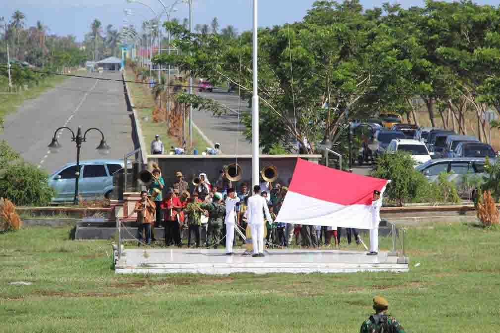 Pengibaran Sang Saka Merah Putih oleh kelompok Paskibraka dikawal oleh pasukan TNI-POLRI dalam Upacara Hari Pahlawan di halaman kantor Sekretariat Daerah Pemkab Bolmong