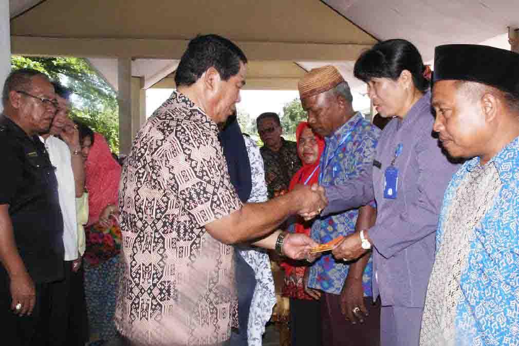 Penyerahan secara simbolis Tunjangan Kompetensi Guru oleh Bupati Bolmong Salihi Mokodongan