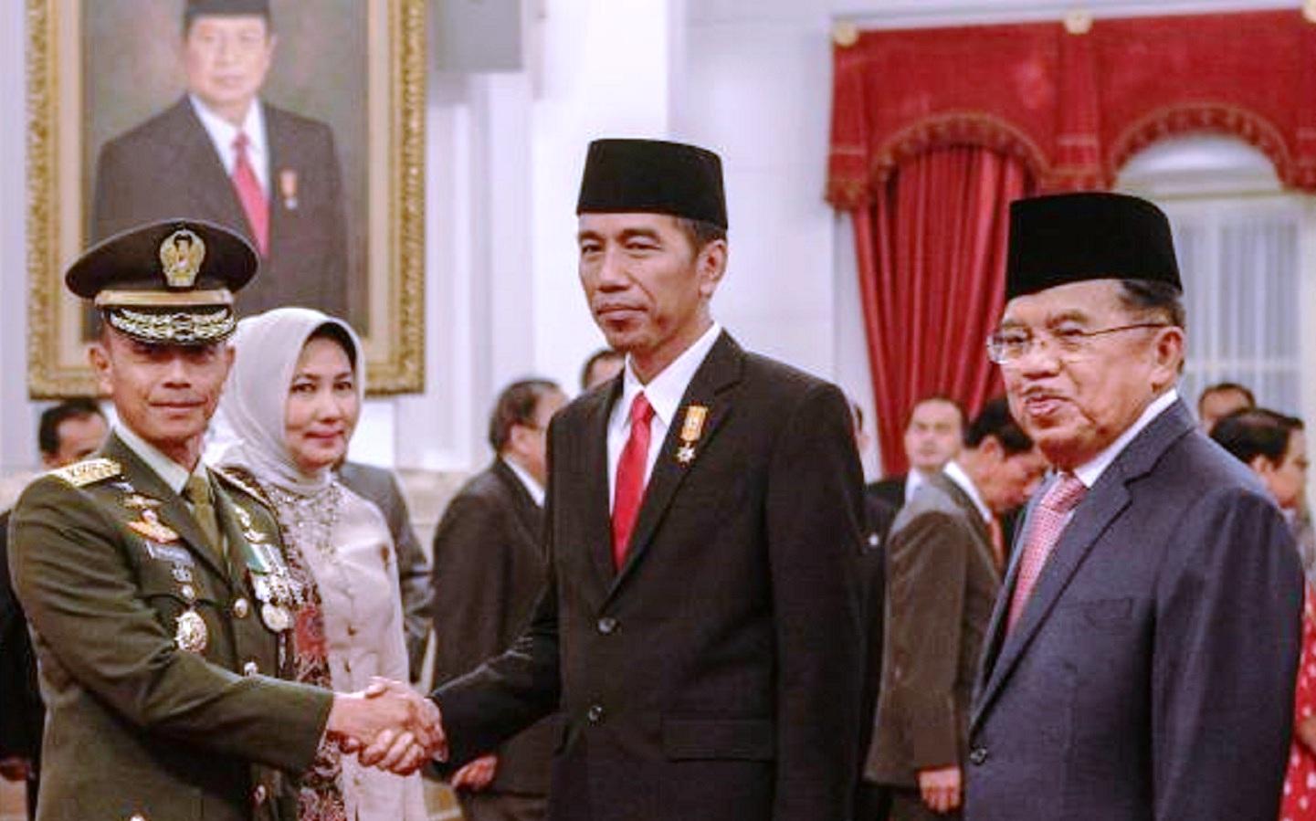 Jenderal TNI Mulyono di momentum pelantikannya sebagai KSAD, berjabat tangan dengan Presiden Jokowi bersama Wapres Jusuf Kalla (tempo.co)
