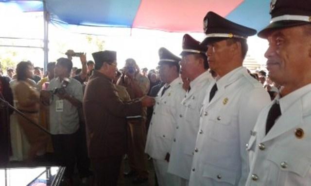 Bupati Bolmong Hi.Salihi B.Mokodongan dengan penuh kebahagian dan kebanggaan melantik sebanyak 94 Sangadi yang terpilih secara demokratis pada Pilsang tanggal 15 Desember 2015. (dok: Humas Bolmong)