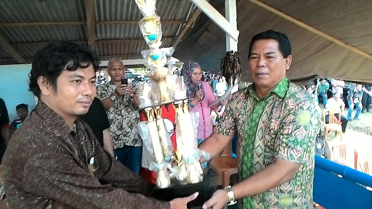 Bupati Bolmong Salihi B Mokodongan menyerahkan Trophy Tetap kepada Ketua Panitia Open Turnamen Salihi Cup