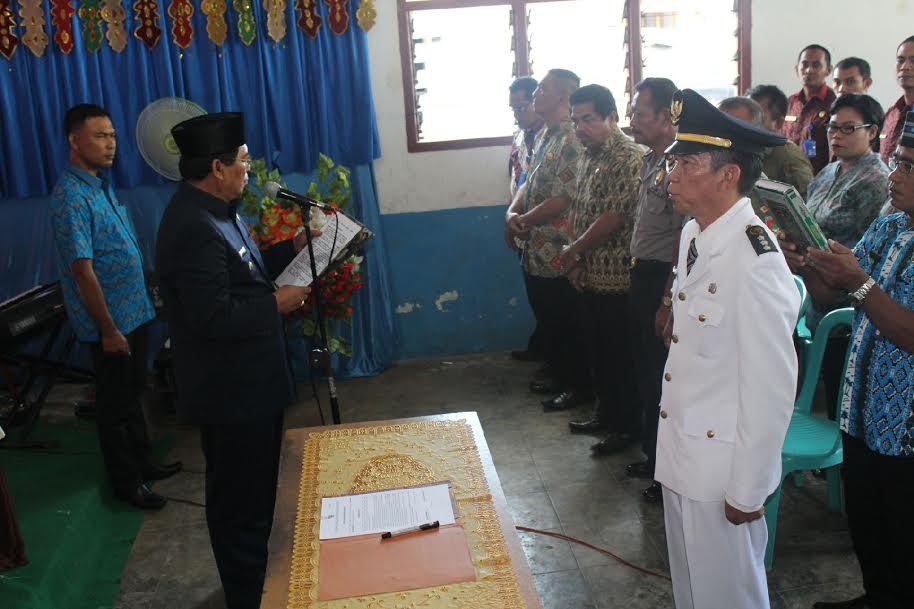 Bupati Bolmong Salihi B Mokodongan saat melakukan pelantikan Camat Lolak dari jabatan Pelaksana Tugas menjadi Camat Definitif.