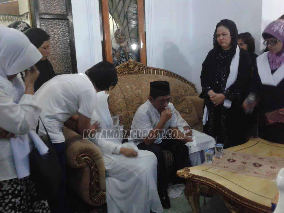 Gubernur Sulut Olly Dondokambey memberikan sambutan perdananya atas wafatnya Almarhum Safei Sugeha SE, MM. Tampak Sekprov Sulut Ir Siswa Rahmat Mokodongan