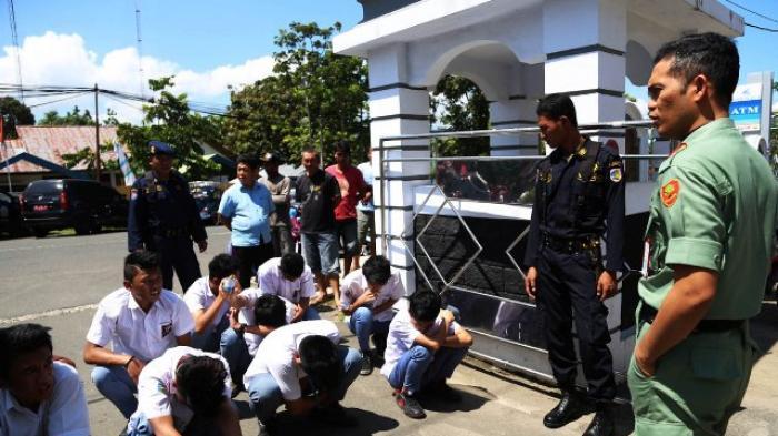 Pelajar di Kotamobagu yang sedang dibina oleh anggota Satpol PP Kotamobagu (foto Tribun News.com/ kotamobagu post)