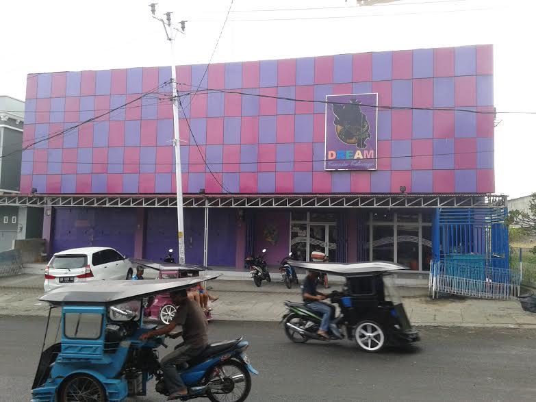 Tempat Hiburan Karouke DREAM di pusat Kota Kotamobagu tepatnya di Kelurahan Gogagoman selalu terjadi keributan perkelahian antar suami isteri atau pasangan pacaran. (foto Kotamobagu Post)