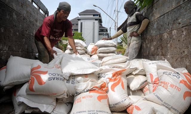 operasi pasar perum bulog sub divre bolmong antisipasi kelangkaan beras dan naiknya harga beras.