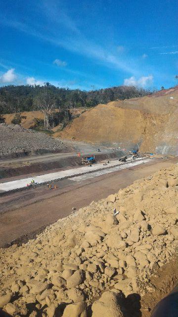 Tampak Proyek Pembangunan Waduk yang dikerjakan oleh PT Perumahan Pembangunan di Desa Pindolili Kecamatan Lolak ( dok : Kotamobagu Post)