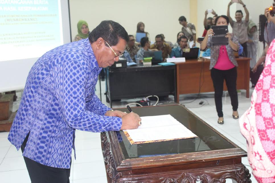 Bupati Bolmong Salihi Mokodongan menandatangani Berita Acara Renja Tahun 2017.