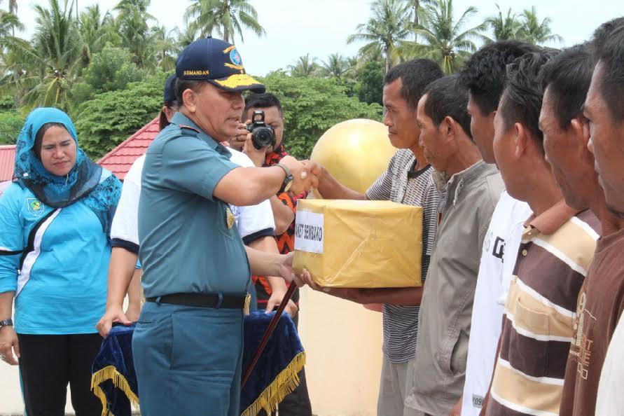 Danlantamal VIII , Laksamana Pertama Manahan Simorangkir SE Msc saat melaksanakan Bhakti Sosial di Kabupaten Bolmong