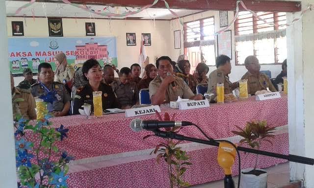 Bupati Bolmong Salihi Mokodongan saat memberikan sambutan dalam acara pembukaan Program Nasional Jaksa masuk sekolah di Kabupaten Bolmong.