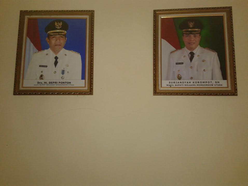 Dinding tampat dipajangnya foto Bupati dan Bupati Bolmut dilantai II Kantor Bupati, tampak mulai retak. (dok kotamobagu post)