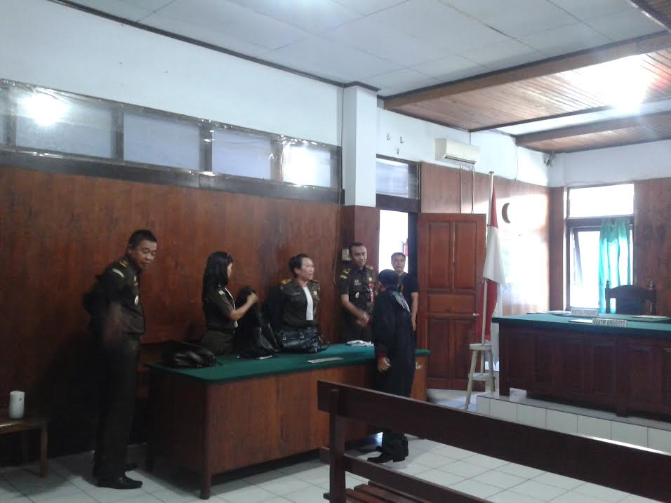 Pengacara Veri Satria Dilapangan SH menyalami tim Jaksa Kejati Sulut, JPU Lukman Efendy SH, Da'wan Manggalupang SH serta dua Jaksa lainnya, setelah sidang selesai digelar di Pengadilan Tipidkor Manado. (dok : kotamobagupost.com)