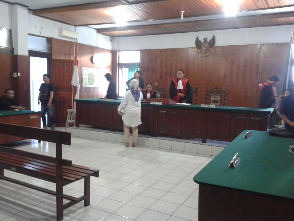 Terdakwa MMS usai persidangan tampak berjabat tangan dengan Majelis Hakim Tipidkor Manado (dok: kotamobagupost.com)