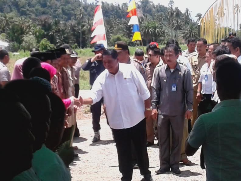 Bupati Bolmong Salihi Mokodongan tampak melakukan tatap muka sekaligus audens dengan masyarakat Kecamatan Dumoga dalam rangka menyerap aspirasi masyarakat.