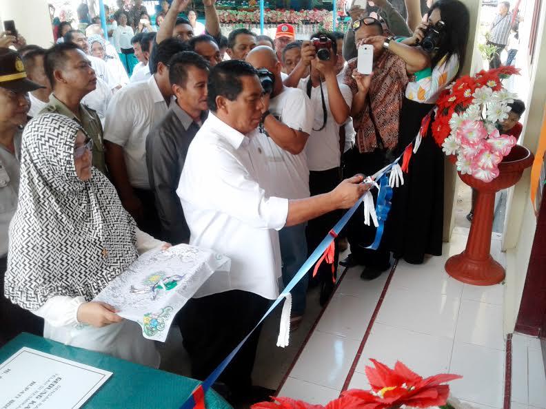 Bupati Bolmong Salihi Mokodongan saat melakukan gunting pita Kantor Camat Dumoga disaksikan ribuan warga Dumoga yang hadir.
