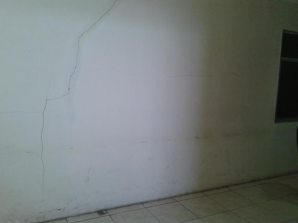 Ini dinding konstruksi beton yang diduga tidak mencapai kualutas skala 300. Keretakan beton ini terlihat di lantai bertingkat Kantor Bupati Bolmut. (dok kotamobagu post)