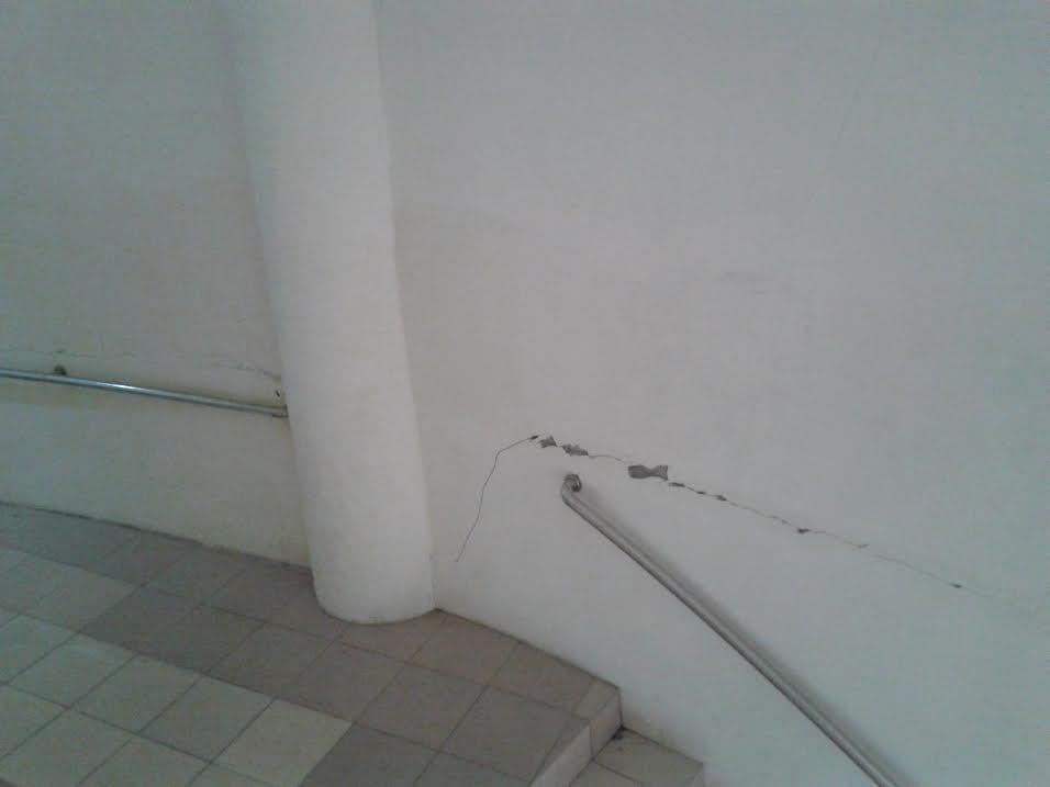 Tampak konstruksi dlantai dua dinding penyanggah terlihat retaknya sudah lumayan besar. (dok kotamobagu post)