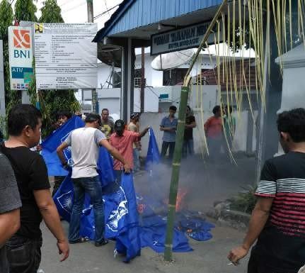 Pembakaran Bendera PAN dirumah DInas Walikota Ir Tatong Bara dihadapan Ketua Umum DPP PAN. Memalukan.