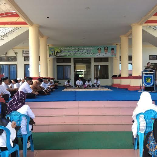 Bupati Bolmong Salihi Mokodongan bersama jajarannya bersama masyarakat melaksanakan peringatan Isra Miraj. (dok Jun Dermawan)