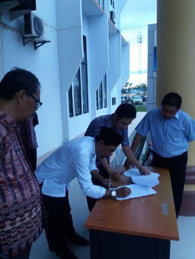 Bupati Boltim Sehan Landjar saat menandatangani SK Tenaga Honorer (dok humas)