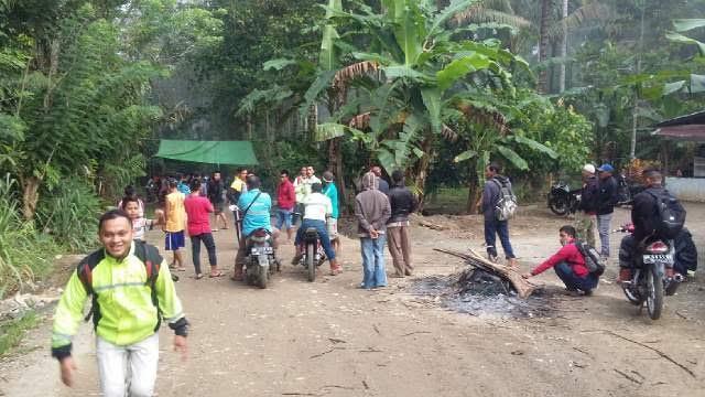 Aksi warga jalan yang menutup pintu masuk ruas jalan yang menjadi akses menuju PT JResources (dok :: Zulfikar)