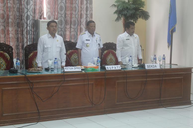 Bupati Bolmong Nixon Watung saat membuka dam memimpin  sosialisasi PAMSMAS III bersama Sekda Bolmong Ashari Sugeha dan ketua DPRD Bolmong Welty Komaling