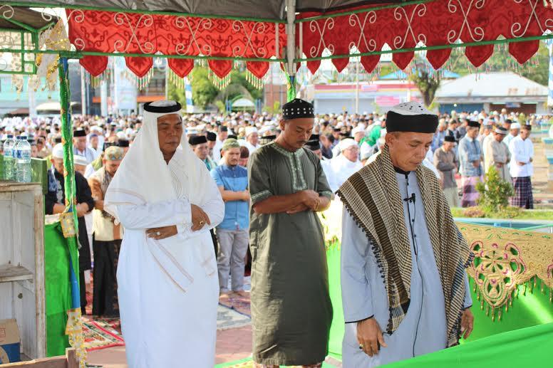 Bupati Bolmong Salihi Mokodongan saat melaksanakan Sholat Idul Fitri bersama masyarakat Bolmong