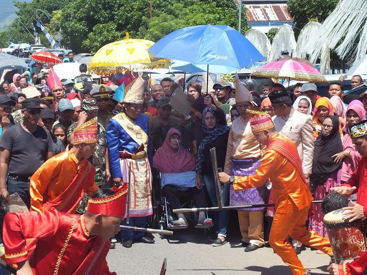 Bupati Bolmong Salihi Mokodongan selaku pemangku adat tertinggi Bolmong dalam prosesi pelepasan adat menjelang masa kahir jabatannya tanggal 16 Juli 2016 (dok humas bm)