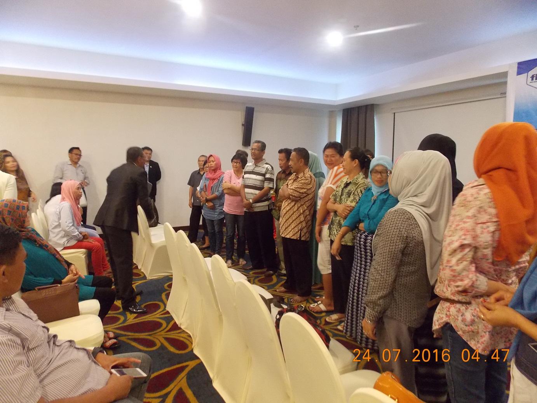 Masyarakat Kotamobagu sebagai Peserta Seminar KFC Indonesia saat melakukan dialog dengan Sang Tokoh sukses KFC yakni Bapak Angelus K Salopung SS