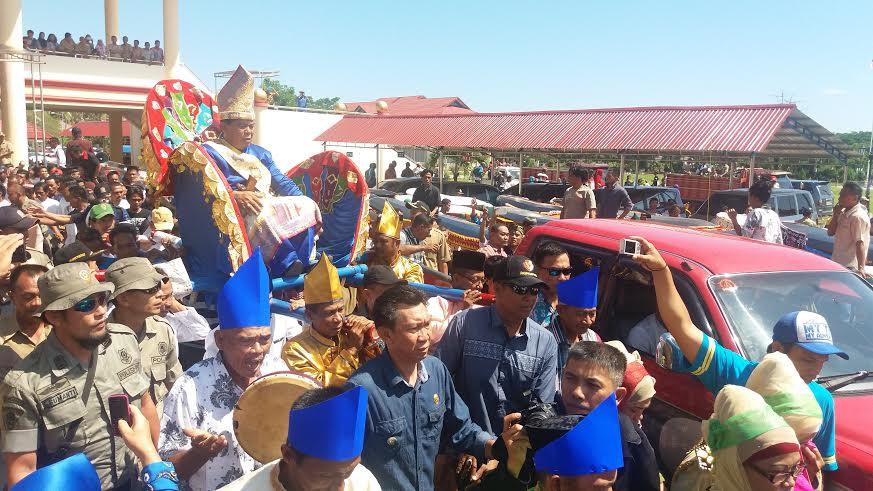 Mengakhiri masa jabatan Bupati, Salihi Mokodongan diarak ribuan warga (foto :KP/Jun D)