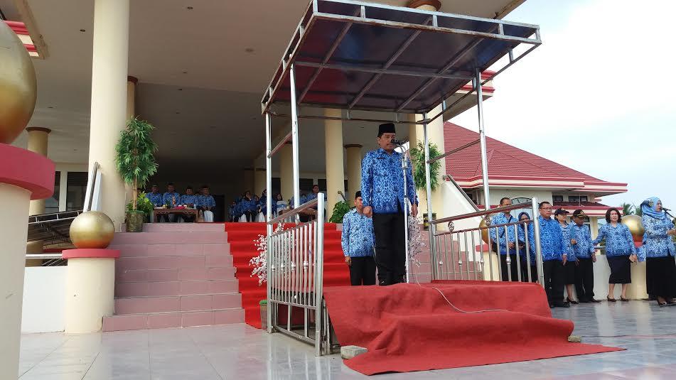 PLH Bupati Bolmong Ashari Sugeha saat memimpin Apel Perdana Korpri