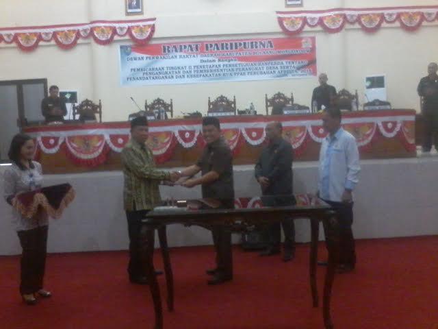 Bupati Bolmong Adrianus Nixon Watung bersama Ketua DPRD Bolmong usai menandatangani dokumen KUA PPAS APBD Perubahan Tahun 2016. (dok : Ma'rif Mokodompit)