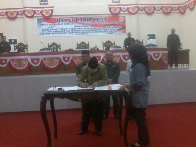 Bupati Bolmong Adrianus Nixon Watung saat menadatangani dokumen KUA PPAS APBD Perubahan Tahun 2016.