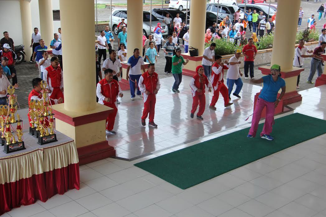 jajaran-aparatur-sipil-negera-pemkab-bolmong-saat-melaksanakan-olahraga-bersama-usai-upacara-horanas-ke-33-di-halaman-sekretariat-daerah