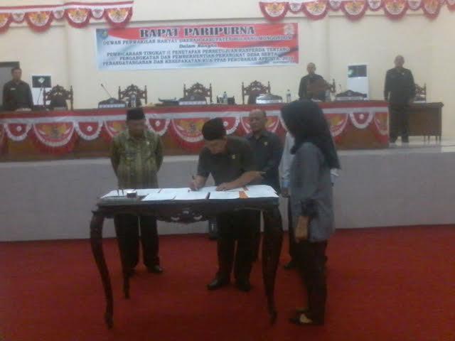 Ketua DPRD Bolmong saat menandatangani Nota Kesepakatan KUA PPAS APBD Perubahan Tahun 2016. (dok ; Ma'rif Mokodompit)