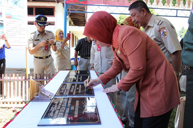 Walikota Kotamobagu Ir Tatong Bara saat menandatangani prasasti peremian Kantor Desa Bilalang Satu Kecamatan Kotamobagu Utara (foto ; Fitra D)