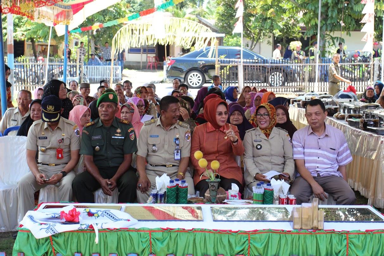 Walikota Kotamobagu Ir Tatong Bara tampak akrab dengan jajaran TNI dan Polri Kecamatan Kotamobagu Utara, serta Anggota DPRD yang hadir. (foto ; Fitra D)