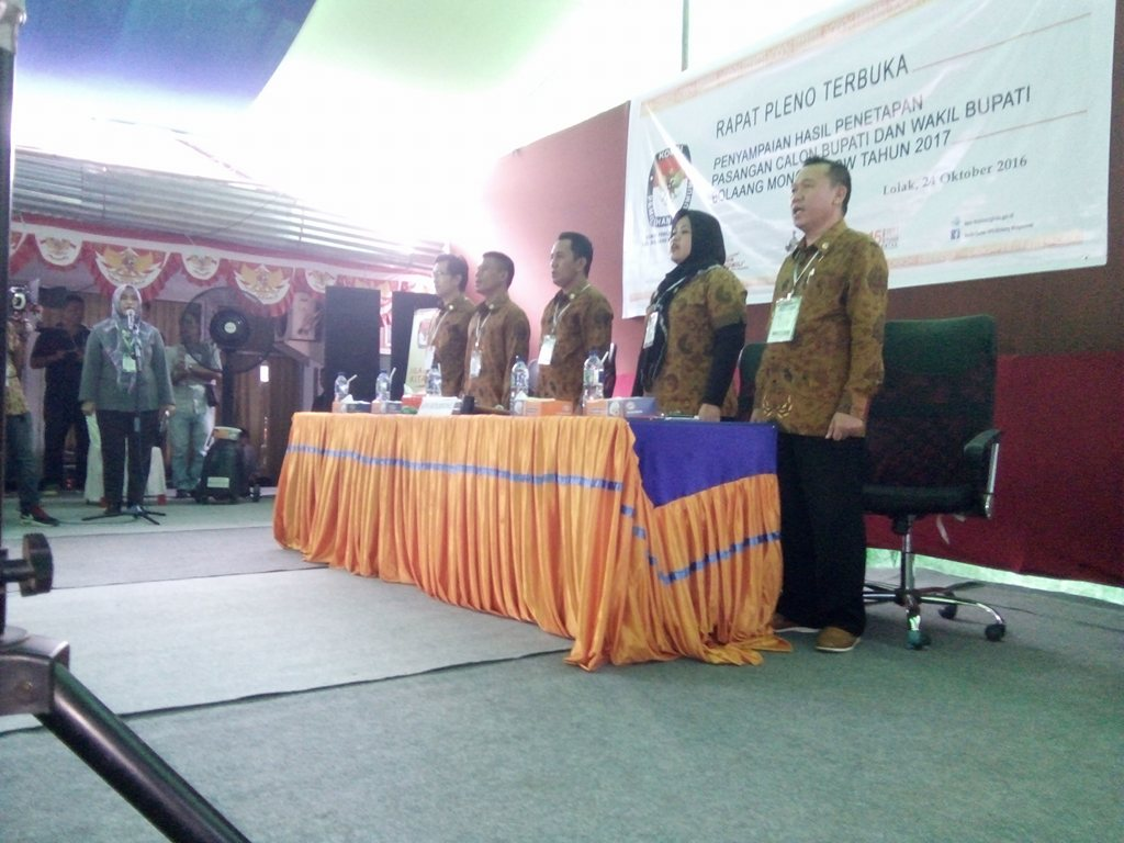5 Komisioner KPU Bolmong sedang menyanyikan lagu Indonesia Raya disela-sela pelaksanaan Tahapan Pilkada Bolmong yakni Penetapan Pasangan Calon Bupati Bolmong (dok : KPU Bolmong)