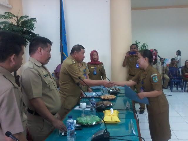 Bupati Bolmong Adrianus Nixon Watung saat menyerahkan SK kepada 247 Honorer Pemkab Bolmong (dok : humas)