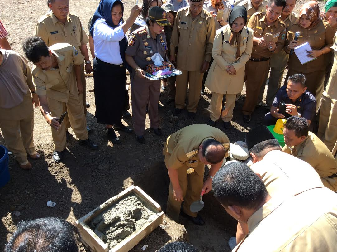 Bupati Watung, Letakan Batu Pertama Masjid Al-Muklisin  (dok : humas bolmong)