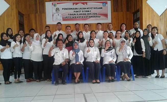 Foto bersama Siswa SKB Program Ujian Paket B dan C bersama Walikota Kotamobagu Ir Tatong Bara (foto : WartaBolmong/BT)