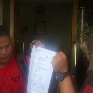 Zulfikar Mokoginta (Kiri) bersama rekan-rekan wartawan saat melaporkan oknum ASN di Mapolres Bolmong/Foto: Wandy