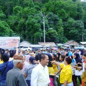Massa pendukung SBM-JiTu saat memasuki lapangan Inobonto/Foto: Wandy Rotu