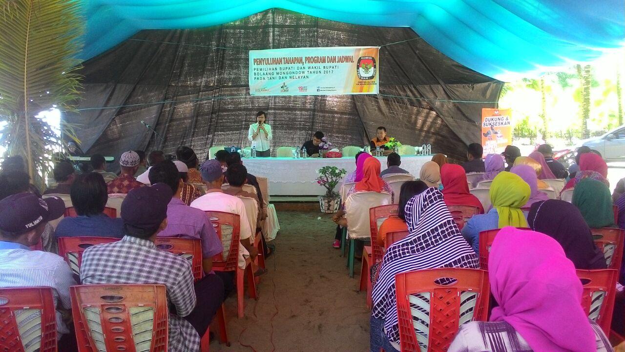 Sebanyak 150 masyarakat Petani dan Nelayan di Kecamatan Sangtombolang mendapat sosialisasi Pilkada dari KPUD Bolmong (Foto : KPUD Bolmong)
