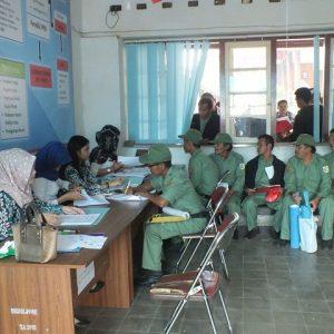 Para anggota hansip saat menerima tunjangan insentif/foto: Istw