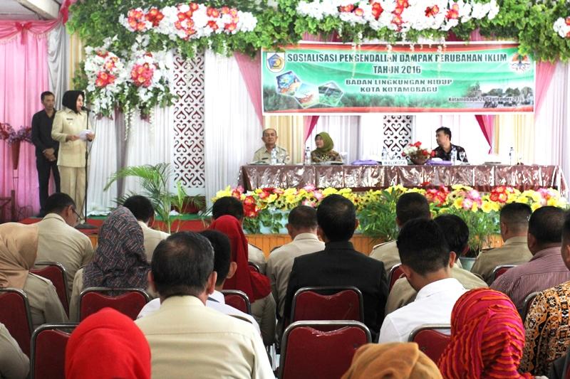 Walikota Ir Hj.Tatong Bara sat melaksanakan Sosialisasi Pengendalian Dampak Perubahan Iklim