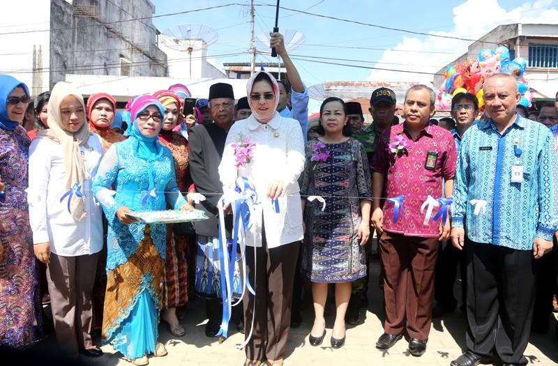 Walikota Kotamobagu Ir Hj Tatong Bara saat meresmikan pasar 23 Maret terletak di pusat kota (dok : P-BMR)