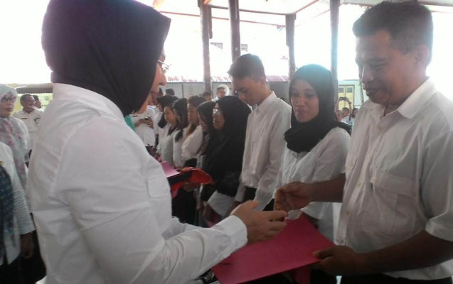 Walikota Kotamobagu Ir Tatong Bara saat menyerahkan Ijasah Program Ujian Paket B dan C kepada seorang peserta (Foto WartaBolmong/BT)